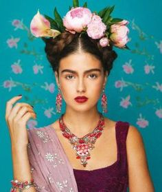 This lovely tribute to Frida Kahlo features jewelry by artist Ayala Bar. Visit the Blanton Museum Shop to see some of her newest pieces! Mexican Fashion, Mexican Style, Costume Frida Kahlo, Frida Kahlo Makeup, Fridah Kahlo, Karneval Diy, Halloween Karneval, Frida Art, Headdress