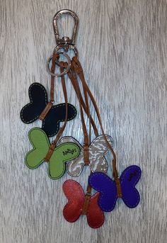 Este diciembre MARIO HERNANDEZ Antara consentirá a nuestros socios addicted, quienes al realizar una compra mínima de $10,000 pesos se llevarán de obsequio uno de sus best-sellers, nos referimos al llavero 5 mariposas. ¡Imperdible! Leather Keyring, Leather Necklace, Leather Jewelry, Leather Art, Leather Design, Mario Hernandez, Crea Cuir, Diy Couture, Diy Keychain