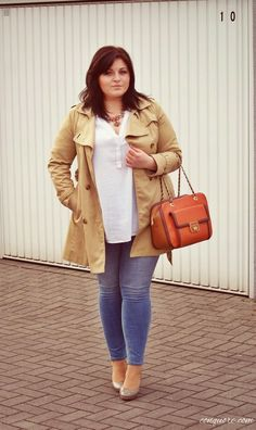 So einfach und so schick! Beiger Trenchcoat mit Skinny Jeans und weißer Bluse. Plus Size Fashion Outfits | Einer meiner Lieblings-Blogs: CONQUORE · The Fatshion Café