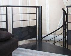 Palier d'arrivée d'un escalier hélicoïdal métallique. Photo S35 - Gamme Initiale - SPIR'DÉCO® Contemporain. Marches en tôle lisse pliée, sans limon. Garde-corps à l'étage mis en conformité normes NF P01-012 par un soubassement en tôle pleine. Mode d'assemblage par soudage. Finition : acier brut patiné. - © Photo et fabrication : Escaliers Décors®