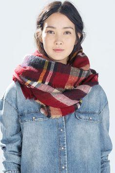 Jeans und buntkarierte Schals, tolle Kombination
