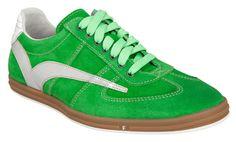 Sportliche Sneaker in Grün von Floris van Bommeln. Die hochwertigen Schuhe aus Wildleder haben eine Gummisohle, können durch hellgrüne Schnürsenkel geschlossen werden und haben eine runde Kappe. Stylishe Details sind ein silberner Streifen an der Seite und eine weiße Lackpartie an der Hacke!