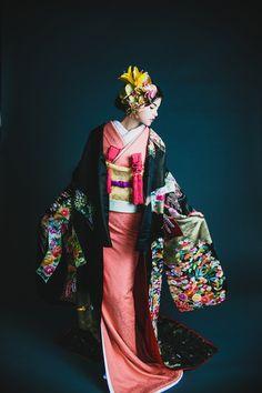 くくる(CUCURU) 黒地相良熨斗目花車 Japanese Geisha, Japanese Kimono, Japanese Fashion, Japanese Art, Kabuki Costume, Wedding Kimono, Japanese Wedding, Japanese Costume, Yukata