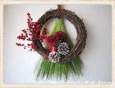 クリスマスリースで使ったものに、南天の実や松、ピンポンマム、松ぼっくりなどを加えると、お正月らしい雰囲気にリメイクできます。こちらは生花を使っているので、なんと小さいマグにスポンジをセットし吸水させています!素敵なアイデア。
