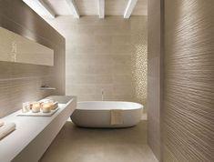 Design moderno per bagno con rivestimento in mosaico dorato abbinato a piastrelle color crema - effetto rigato