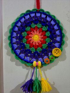 Un mandala diferente. 7 colores, borlas, botones, madera pintada, abanicos. 🌻🌺🌟🌾🌷🌼✨ Crochet Earrings Pattern, Crochet Mandala Pattern, Crochet Circles, Crochet Blocks, Doily Patterns, Crochet Doilies, Crochet Flowers, Crochet Mittens, Crochet Stitches