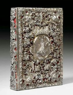 - Biblia con tapas en filigrana de plata . Siglo XVll