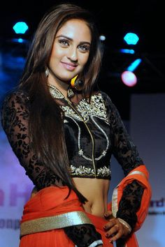 [Fashion] Krystle D'Souza Dazzling Smiling Look On Ramp At Grand Fashion Hub
