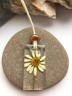 Daisy and Resin Pendant Necklace. This pendant is beautiful in its simplicity. A real white and yellow daisy flower rests in the middle of a crystal resin rectangle giving an eyecatching piece of resin jewellery. Uv Resin, Wood Resin, Clear Resin, Resin Art, Crystal Resin, Resin Necklace, Resin Jewelry, Jewelry Crafts, Silver Jewelry
