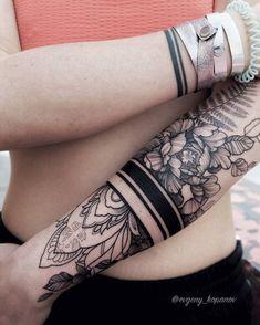 Цветочно-орнаментальный браслет для @k.r.i.s.t На другой руке тонкий браслет, сделанный около 2 лет назад #tattoo #ink #bracelet #inkedgirl #inked #tattooed #evgeny_kopanov #linework #peonies #ekpeonies