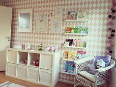 Barnrum, flickrum, Ikea, ferm living, böcker, tavellist, rosa, kallax, kids room, girls room, books, pink