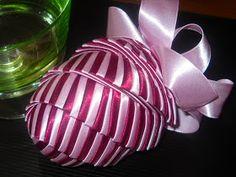 Nieje to ťažké , ak máte trpezlivosť. Homade Christmas Ornaments, Christmas Tree Toy, Handmade Christmas Decorations, Christmas Ribbon, Christmas Crafts, Quilted Fabric Ornaments, Coconut Decoration, Fabric Balls, Ornament Tutorial