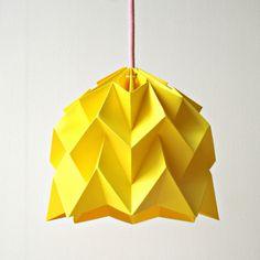 Lámpara Hoshi es una pantalla realizada mediante la técnica de origami, hecha completamente a mano con papeles de alta calidad y gramaje, coloreados e...