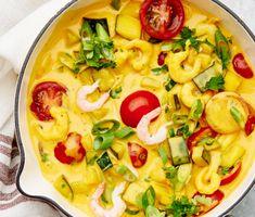 Bjud på en vackert färgsprakande räkgryta med väldoftande saffran och zucchini. Den här mustiga grytan är fullproppad med goda smaker och grönsaker som både fyller upp magen och värmer själen. Rör i färsk tomat och persilja på slutet och servera grytan med potatis.