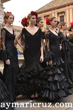Flamenco Costume, Flamenco Dancers, Traditional Fashion, Traditional Dresses, Spanish Dress, Mexican Outfit, Spanish Fashion, Black White Fashion, European Fashion