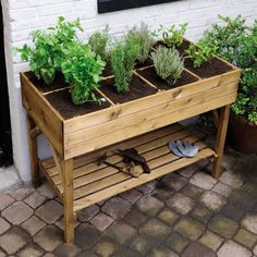 Un petit potager chez soi - Home vegetable garden Diy Pallet Projects, Garden Projects, Outdoor Projects, At Home Projects, Diy Furniture Projects, Garden Crafts, Pallet Furniture, Woodworking Projects, Potager Palettes