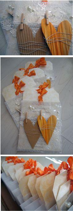 Convite de casamento em tons terra e dourados. Feito totalmente à mão. Em papel, arame prateado, pérolas, fita laranja, entre outros. Mediante orçamento. Made by EstudioDePapel :) CLIQUE NO LINK: https://www.etsy.com/pt/listing/206653886/convite-de-casamento-feito-a-mao?ref=shop_home_feat_1