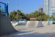 43937485-skateboard-park-in-the-middle-of-a-city-symbolizing-inner-city-parks-fitness-for-young-people-and-sk.jpg (450×300)