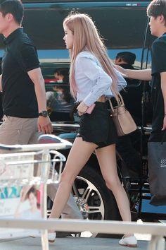 South Korean Girls, Korean Girl Groups, Blackpink Fashion, Fashion Outfits, Jenny Kim, Mode Rose, 1 Rose, Kim Jisoo, Jennie Lisa
