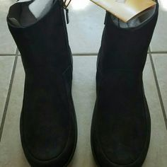 FitFlop Loaff Shorty Zip Boot, black, women's 7 FitFlop Loaff Shorty Zip Boot, black, women's size 7 US. Brand new in box. Leave it up to the Loaff to keep you warm and looking sharp all season long! Soft nubuck leather upper with a rounded toe. Treated with 3M Scotchgard protective material for water repellence. A full side zipper for an easy on and off. Soft and breathable cotton lining and insulated footbed helps keep feet dry and warm. Features seamless built-in arch contour for all-day…