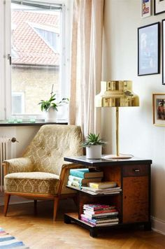 http://www.expressen.se/leva-och-bo/gjorde-om-lagenheten-till-etagevindsvaning/.       Bumling mässing bordslampa. Brass table lamp, bumling.