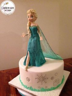 Frozen Fans will love this Isomalt cake decorating course! Check out the train on Queen Elsa Wouldn't this be a beautiful effect for a wedding cake? Bolo Frozen, Torte Frozen, Frozen Theme Cake, Disney Frozen Cake, Disney Cakes, Elsa Frozen, Fancy Cakes, Cute Cakes, Movie Cakes