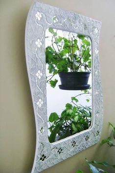 Moldura em MDF revestido em pastilhas de vidro e espelhos em forma de flores.
