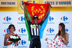 TDF 2015 stage 8 Daniel Teklehaimanot (MTN-Qhubeka) holds up the flag of Eritrea (Getty Images Sport)