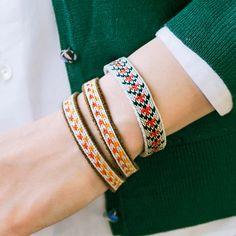 くるりくるり♪ リズムを覚えれば簡単!|カードでできる小さな手織り 織り模様がかわいいブレスレットの会 Inkle Weaving, Inkle Loom, Card Weaving, Tablet Weaving, Weaving Textiles, Tapestry Weaving, Friendship Bracelet Patterns, Friendship Bracelets, Woven Bracelets