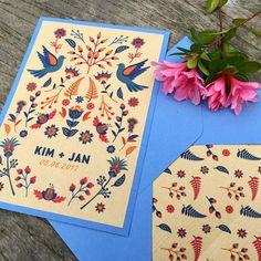 Boho Hochzeitseinladung mit Blumen und Tauben von Fanfare Paper Goods.  Einladungskarten, Hochzeitseinladungen, Papeterie, Grußkarten.