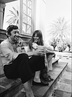 Serge Gainsbourg and Jane Birkin. On set of 'La Piscine' directed by Jacques Deray In Saint Tropez, France. Serge Gainsbourg, Charlotte Gainsbourg, Gainsbourg Birkin, Style Jane Birkin, Kate Barry, St Tropez France, How To Pose, Saint Tropez, Mode Vintage
