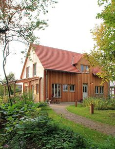 Wooden house with larch wood formwork and pergola - Moderner Holzbau / Holzhaus - Terrasse Farmhouse Plans, Modern Farmhouse, Porches, Garden Sink, Timber Roof, Getaway Cabins, Pergola With Roof, Backyard, Patio
