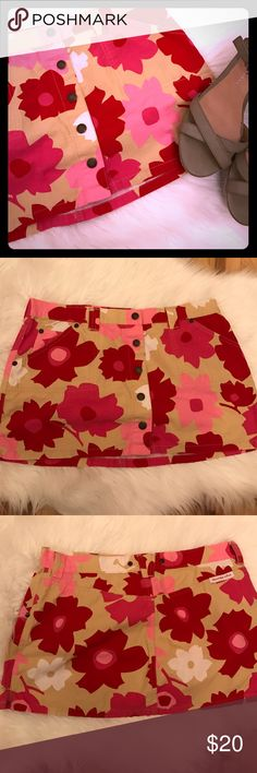 """A&F skirt with pink flowers Abercrombie & Fitch skirt with pink flowers in various shades. Skirt base is tan (khaki). Buttons down front of skirt. Pockets in front. 11.5"""" laying flat. Like new! Abercrombie & Fitch Skirts Mini"""