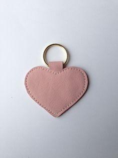 Rosa Herz-Schlüsselanhänger handgefertigt aus echtem Leder.  Der Schlüsselanhänger ist ca. 7 lang und hat eine Breite von ca. 7cm (gemessen ohne Schlüsselring). Die Farbe des Schlüsselrings ist...