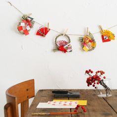 気づくとお正月まであと5日。クリスマスの名残はそこそこに、お正月の飾りを始めましょう。100均で買えるしめ縄飾りをつないだら、和風のガーランドができました! New Years Decorations, Mother And Child, Planter Pots, Crafts, Mother Son, Manualidades, Mother And Baby, Handmade Crafts, Craft