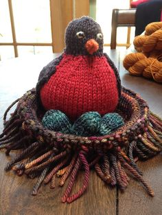 Robin in a nest with eggs. Toy knitting. Free pattern. Rav link.