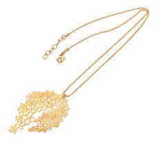 """Collar realizado en latón bañado en oro cuyo diseño está inspirado en la flor """"Erysimum humile Penyalarense""""."""
