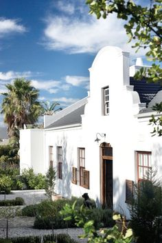 nice lines Cape Dutch style ( a house in Somerset West, South Africa) Spanish Style Homes, Spanish Revival, Spanish House, Dutch Colonial, British Colonial, Spanish Colonial, Spanish Modern, Villas, Holland