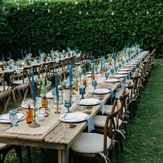 Loving the indigo  copper palette (and those tall candles!!) from this gorgeous #PalmSprings wedding we are sharing #onGWS today designed by #GWSweddingartist @sittinginatree & photographed by @audreraephotography -- isnt this backyard reception at the @parkerpalmsprings so dreamy?!?! Thanks also to  florals: @klfarley // rentals: @planksandpatina @borrowedblu // dj: @dart_djs {lots more from this one with the link in our profile!} #palmspringswedding #receptiondecor #outdoordining by…