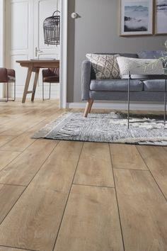 Dit is de Kronotex Exquisit Oriental Oak Beige. Deze laminaatvloer heeft een zandkleurige uitstraling met een natuurlijke look & feel van een houten vloer ✔ Bestel vandaag nog een gratis proefpakketje Interior And Exterior, Interior Design, Cute House, Dream Apartment, Grey Wood, House Colors, Living Room Designs, Family Room, House Design