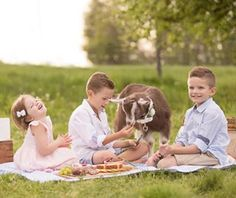 The summer season means warmer weather, no school, pool days and outdoor picnics! A family picnic is such a great way to detach from electronic devices, spend time together and enjoy the outdoors.