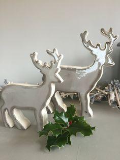 Keramische Kerst rendieren in het grijs. Kerstdecoratie