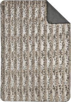 Holen Sie sich die wunderbare Wohndecke »Laia« der Marke s.Oliver Premium nach Hause. Das tolle Design in Felloptik auf der einen Seite ist kuschelig weich und hält schön warm. Die Wendeseite der Decke ist unifarben gehalten und passt farblich wunderbar zur Vorderseite. Mit einem gekettelten Zierstich ist die Decke toll abgeschlossen. Zum Waschen geben Sie die Decke einfach in die Reinigung. So...