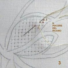 Lace is made by causing holes to appear between threads by using stitched thread tension. No ground fabric threads are cut. Pleasure bordados: Centro Tutorial com vinhetas No 2 Blackwork Embroidery, Cute Embroidery, Types Of Embroidery, Hand Embroidery Stitches, Vintage Embroidery, Cross Stitch Embroidery, Embroidery Patterns, Embroidery For Beginners, Embroidery Techniques