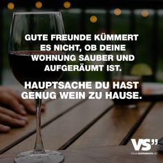 Visual Statements®️️ Gute Freunde kümmert es nicht, ob deine Wohnung sauber oder aufgeräumt ist. Hauptsache du hast genug Wein zu Hause. Sprüche / Zitate / Quotes/ Freundschaft / Liebe / Beste Freundin/ tiefgründig / lustig / schön / nachdenken