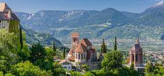 Eingebettet in Weinberge und Obstwiesen liegt das malerische Dorf Schenna oberhalb von Meran. Der Fernblick auf die alpine Bergwelt strahlt Ruhe und Gelassenheit aus, dabei ist Schenna nur 4 km von Meran entfernt und schließt direkt an das Wander- und Skigebiet Meran 2000 an.