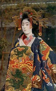 Geisha Maiko de Okiya Mura: Geishas y Maikos no son prostitutas. We Are The World, People Of The World, Japanese Geisha, Japanese Art, Japanese Beauty, Japanese Style, Vintage Japanese, Old Photos, Vintage Photos