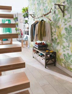 Papier peint style jungle avec une petite pendrie et escalier en bois