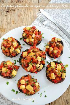 With tomatoes, pepper, garlic and tofu. Recipe available with translator. Tofu, Stuffed Mushrooms, Stuffed Peppers, Diy Food, Bruschetta, Vegetarian Recipes, Garlic, Food And Drink, Breakfast