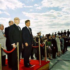 1961. 16 Octobre. Accueil du président finlandais Urho Kekkonen. Jfk. Andrews AFB Fort Smith, John Fitzgerald, Fort Bragg, Chapel Hill, Jackie Kennedy, National Guard, Jfk, World History, Rhode Island
